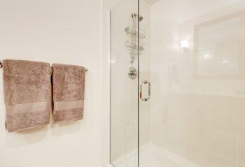 Salle de bain avec paroi de douche vitrée