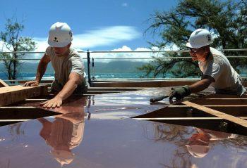 Deux professionnels de la construction en plein travail